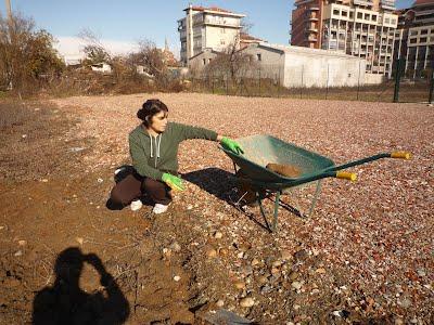 Susana lavorando nell'orto