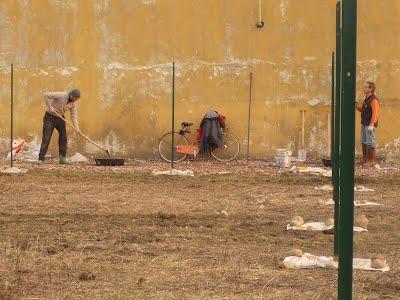Lavori nella recinzione dell'orto di Piazza Manno